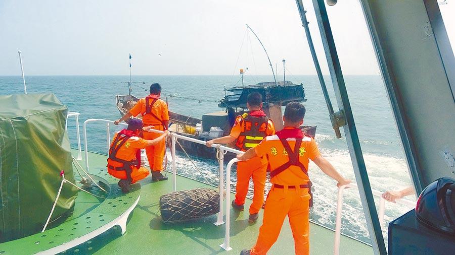 馬祖海巡隊26日上午在東引亮島外海2.9浬處,查獲越界捕魚陸籍漁船,將該陸船押返南竿福沃港碼頭偵辦。(葉書宏翻攝)