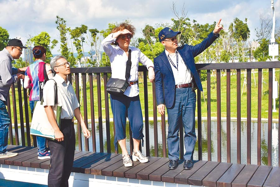 建設局長陳大田(右起)26日與水湳經貿園區中央公園設計法籍建築師Catherine Mosbach訪視中央公園施工,分享國外對公園營運模式。(盧金足攝)