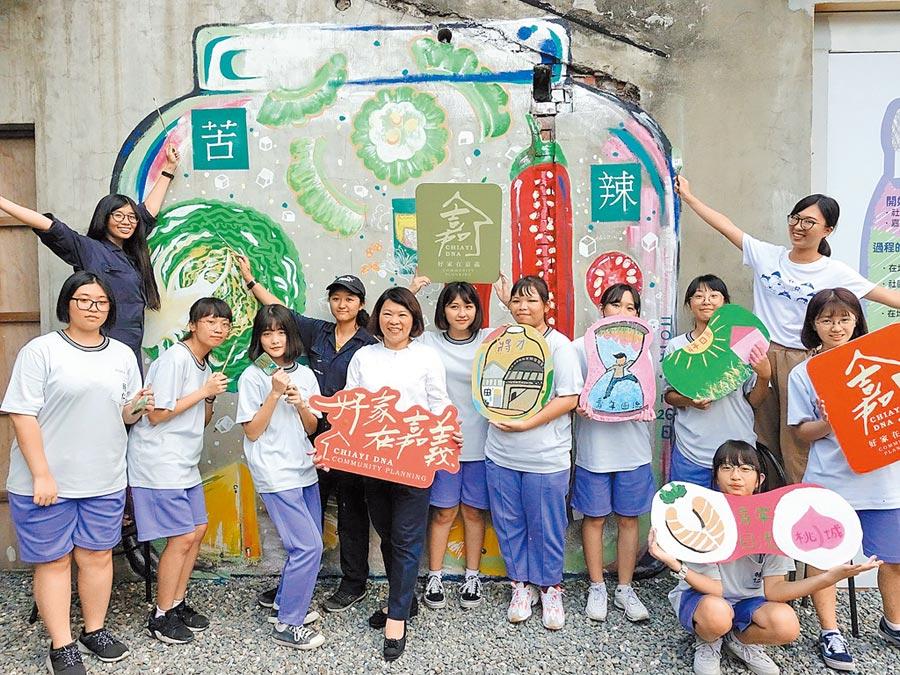 嘉義市長黃敏惠(中)與年輕學子參觀後驛社區「將才工場」的彩繪醬菜牆。(廖素慧攝)
