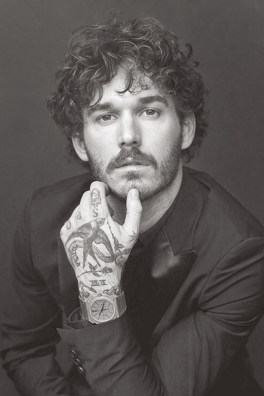 藝術家David Alexander FLINN帥氣演繹寶格麗Octo Finissimo超薄計時GMT自動上鍊腕表。(ARNALDO ANAYA LUCA提供)