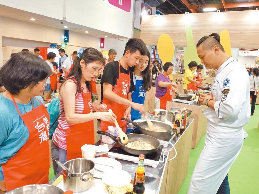 在廚藝教室中,主廚在現場悉心帶領民眾烹飪美味料理。(歐原形象設計股份有限公司提供)