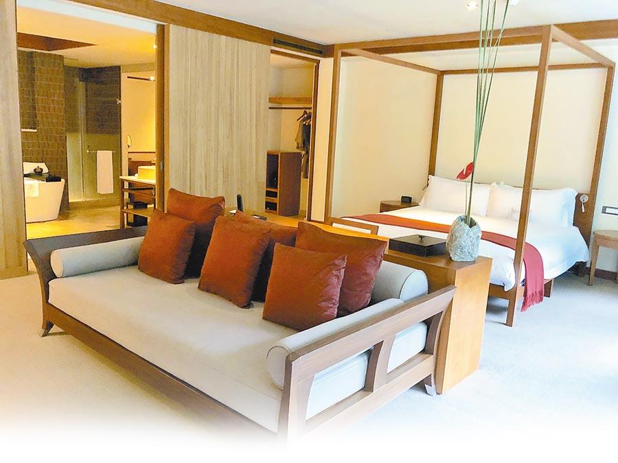 被峽谷山林美景環繞的太魯閣晶英酒店,在炎夏中成了許多遊客偏愛的避暑勝地,圖為人氣房型的天祥套房。(何書青攝)
