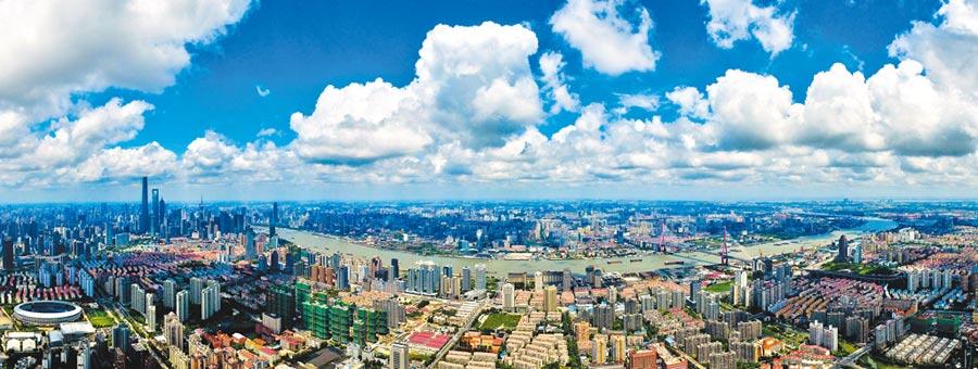 藍天白雲下的上海黃浦江兩岸。(新華社資料照片)