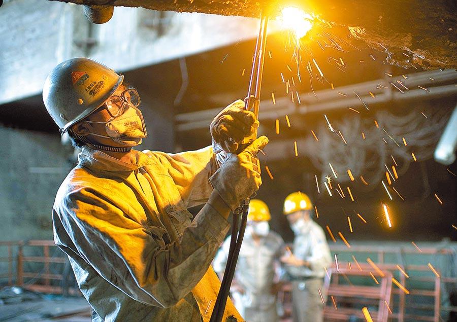 上海寶鋼集團高爐大修,員工拆除舊設備。(新華社資料照片)