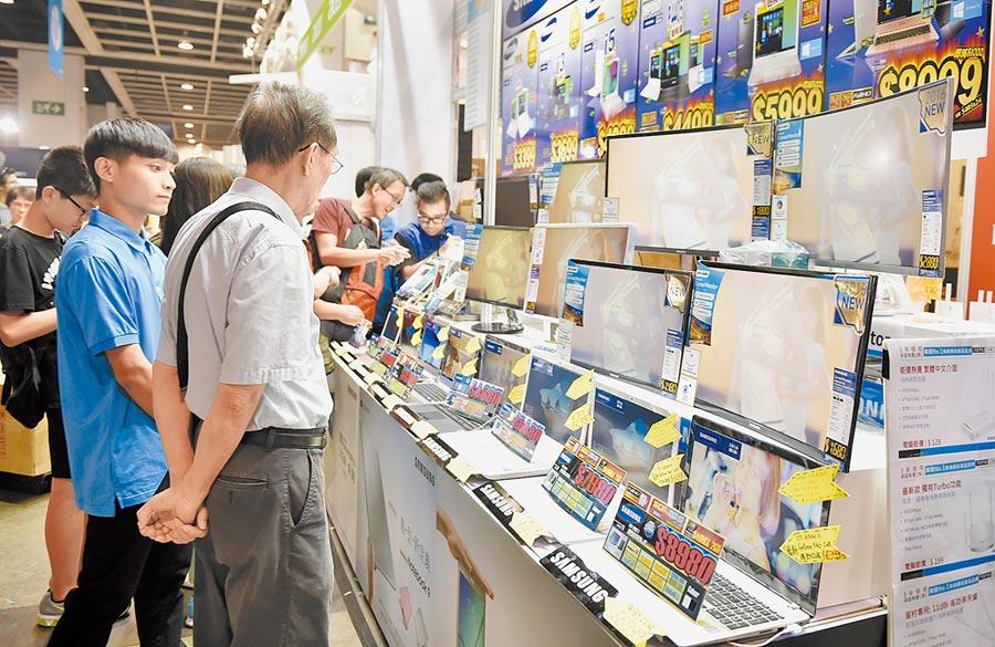 香港電腦通訊節,市民觀看參展商品。(新華社資料照片)