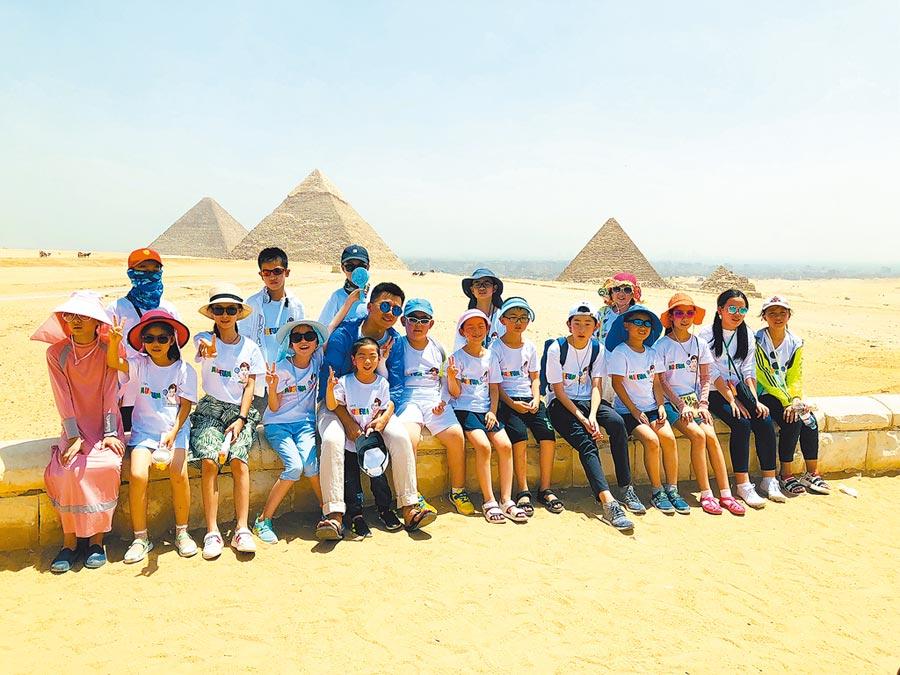 2018年7月31日,大陸遊學團成員在埃及開羅金字塔前合影。(新華社)
