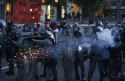 香港警民對峙 防暴警察發射催淚彈