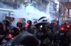港警發催淚彈清場 有示威者流血倒地
