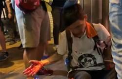 港鐵上環站有大批撤離示威者候車 街上大批防暴警卸裝備休息