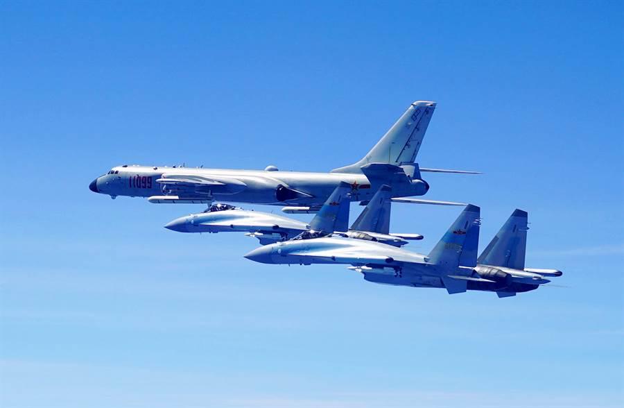 中共購自俄羅斯的24架蘇-35戰機編列在南部戰區,原以空防任務為主,如圖中為去年2架中共蘇護航繞行台灣的轟-6k轟炸機。但近期改裝配備反艦導彈,顯示其任務目標將擴增至防禦外來大型艦艇編隊。(圖/新華社)