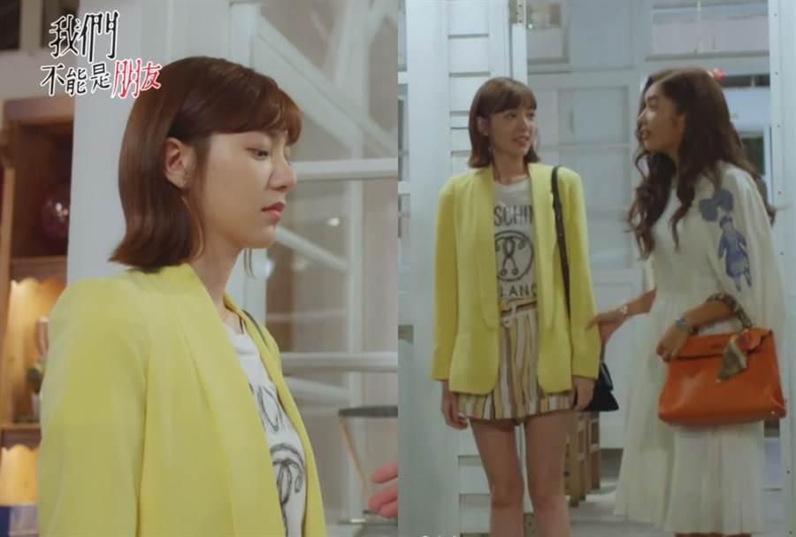 第二集周惟惟與朋友一起吃飯時,選穿黃色西裝外套內搭白色T-shirt,下身則搭配同為暖色系的條紋短褲。(圖/翻攝自愛奇藝)