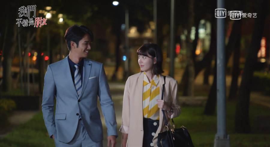 第五集周惟惟身穿淺粉色西裝外套內搭黃白條紋的無袖襯衫,下身則以深色排釦短裙做搭配。(圖/翻攝自愛奇藝)
