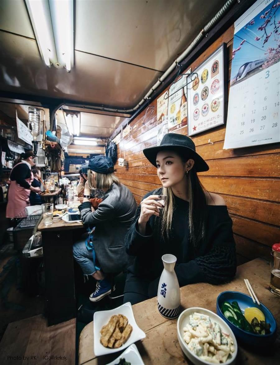 體驗日本的居酒屋,由RK掌鏡。(大塊文化提供)