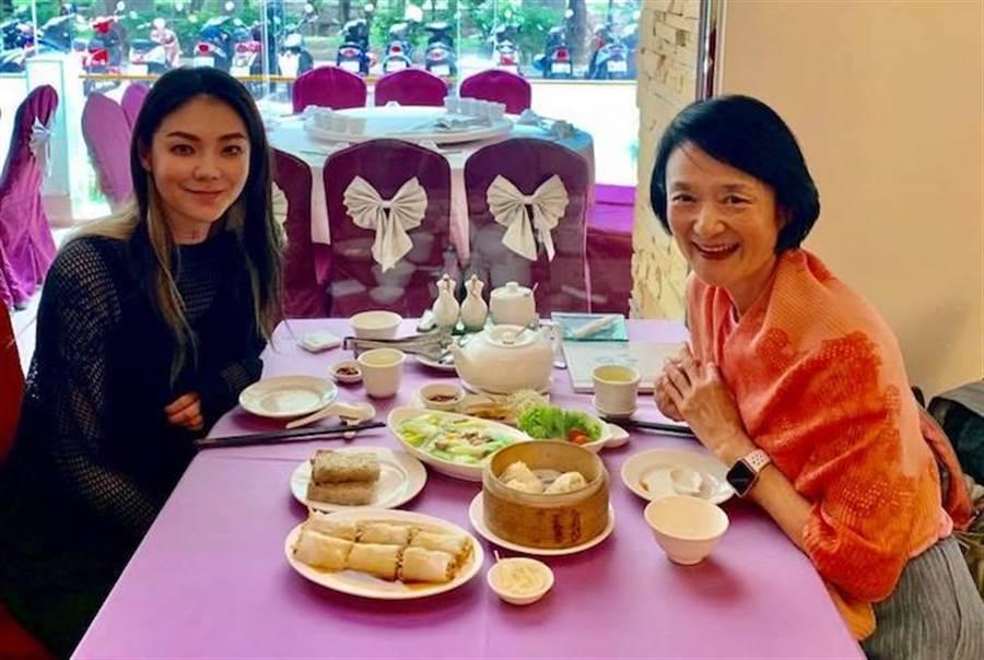 歐陽靖(左)和媽媽譚艾珍。取自臉書