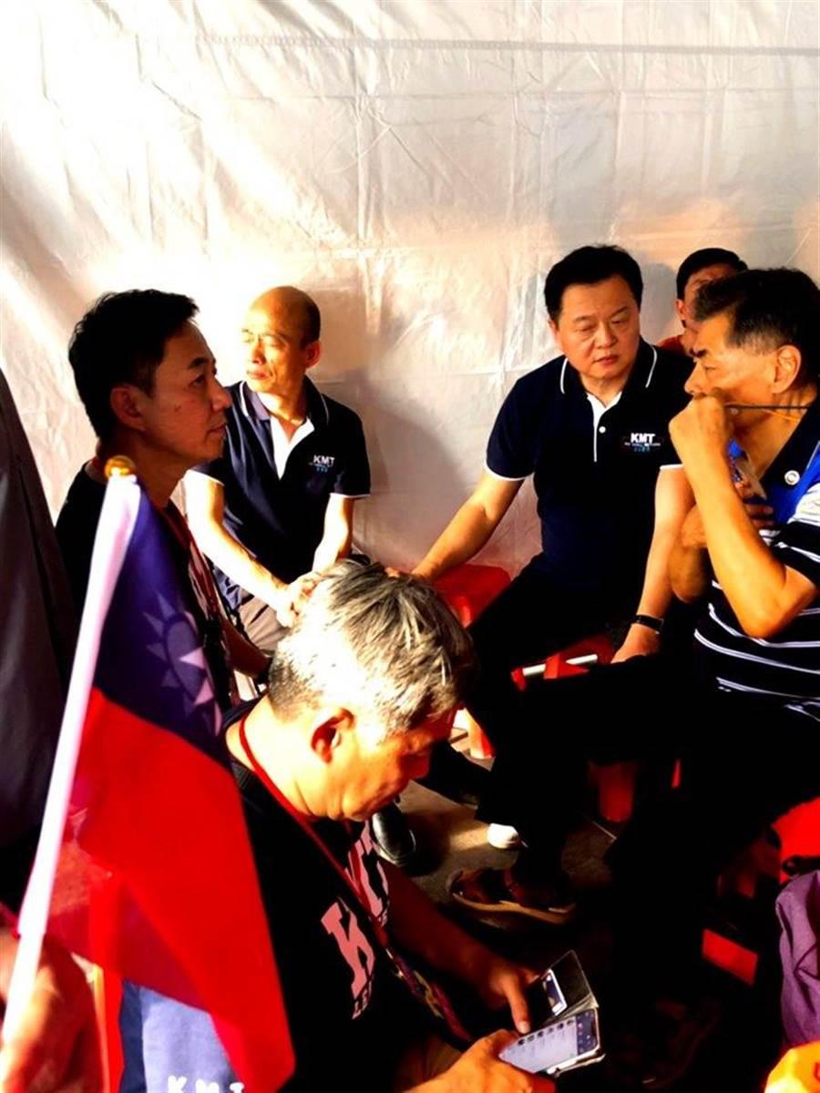 國民黨發言人洪孟楷昨貼出一張獨家照片,讚韓從不在鏡頭前說苦,卻在背後一人承擔著眾人期待。(擷取自洪孟楷臉書)