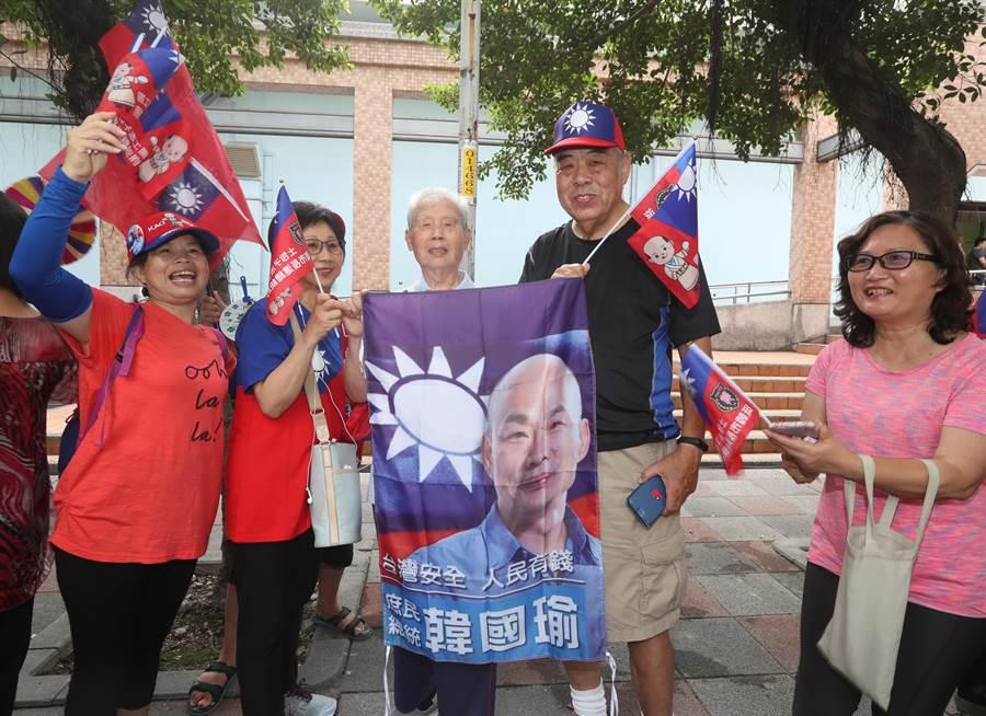 中國國民黨第20屆第3次全國代表大會28日在新北市板橋體育館舉行  ,開會前,在場外的韓國瑜支持者拉著韓國瑜的布條,為即將被提名為黨內總統參選人的韓國瑜加油。(劉宗龍攝)