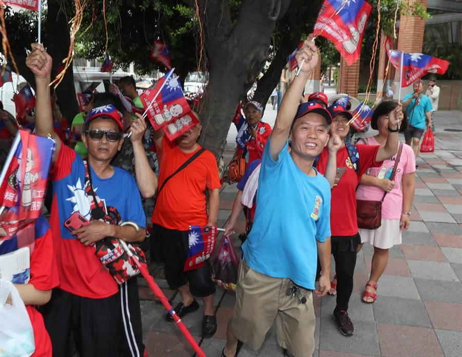 中國國民黨第20屆第3次全國代表大會28日在新北市板橋體育館舉行,開會前,在場外的韓國瑜支持者熱情揮舞旗幟,為即將被提名為黨內總統參選人的韓國瑜加油。(劉宗龍攝)