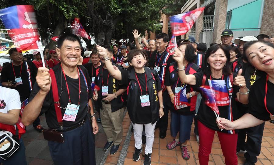 中國國民黨第20屆第3次全國代表大會28日在新北市板橋體育館舉行  ,開會前,來自高雄的黨代表們熱情揮舞旗幟,為即將被提名為黨內總統參選人的韓國瑜加油。(劉宗龍攝 )