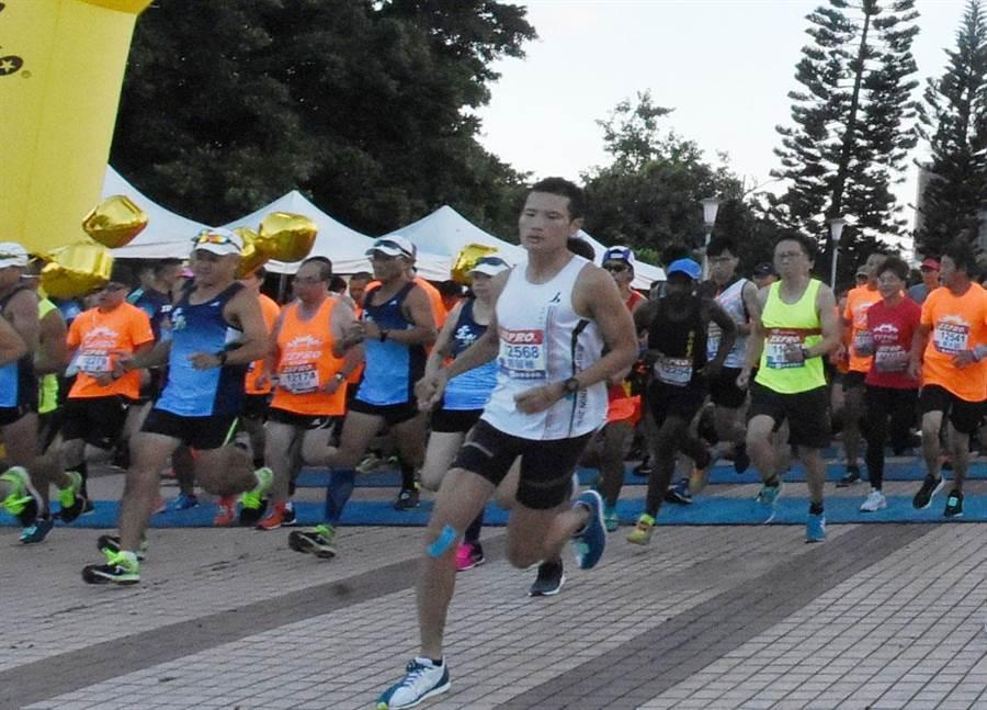 來自12國家7500名跑者28日一大清早參加「2019 ZEPRO CITY RUN城市路跑~彰化場」用雙腳體驗了鹿港小鎮文化之美。(吳敏菁攝)