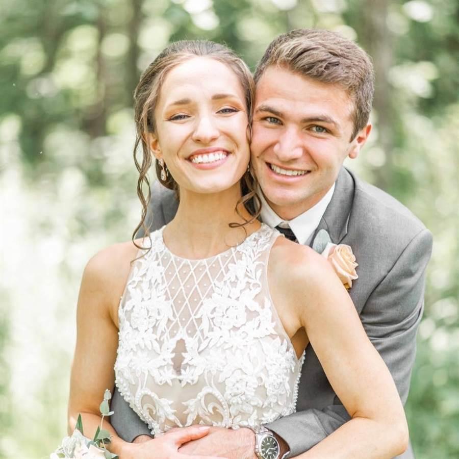 葛雷和阿凱梅米新婚不久就面臨生死交關經歷。(圖/翻攝自臉書Acaimie Chastain)