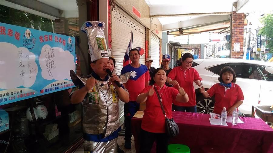 台南韓友會副會長廖盛芳(廚師裝扮者)與韓粉一起高呼「我挺韓、我幸福」。(程炳璋攝)