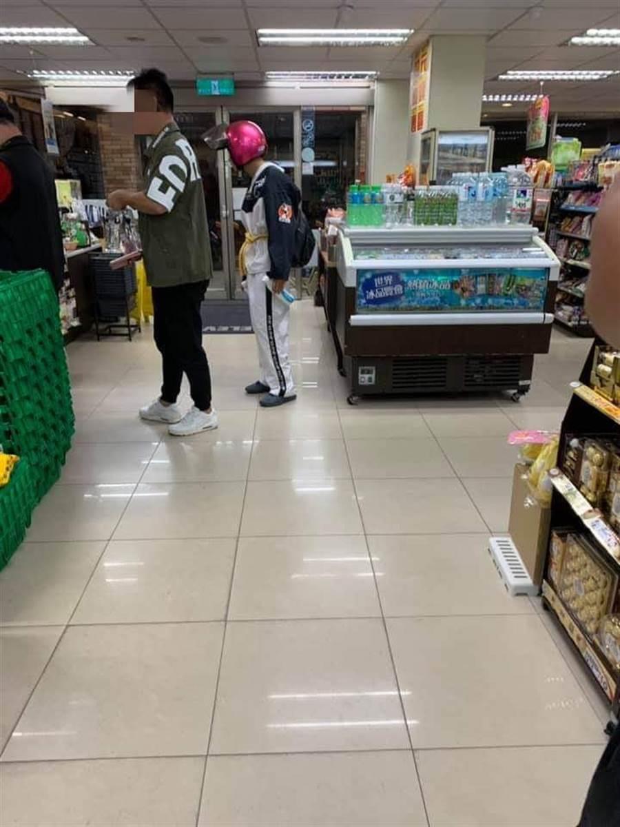 網友捕獲吃屎哥頭戴機車安全帽出現在超商,不如館長所說的有賓士接送。(爆廢公社公開版)