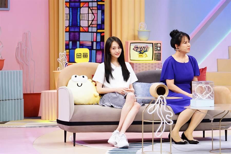 鄭爽(左)與媽媽(右)一起錄製蔡康永與小S主持《花花萬物2》。(圖/friDay影音提供)
