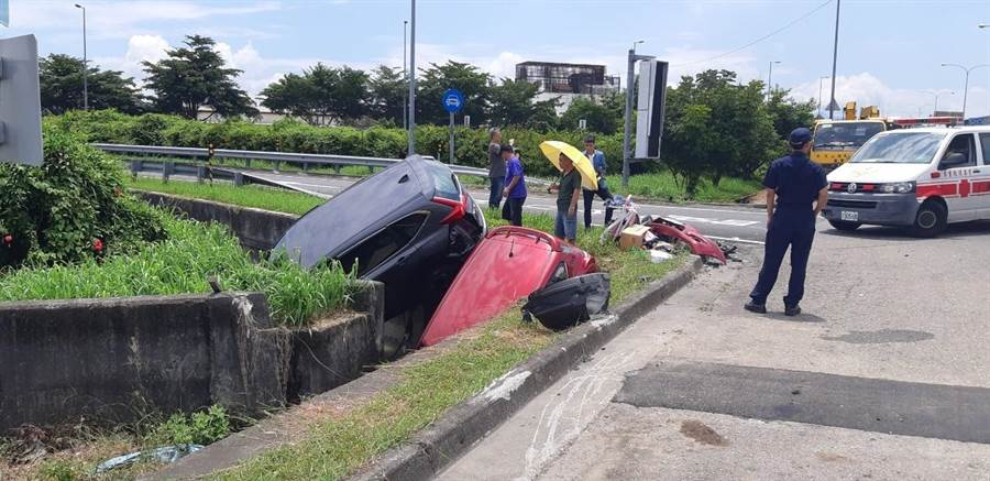 ▲國道六號交流道兩車對撞,2車同時衝落邊溝,7人受傷,救護車隨即趕至救護。(楊樹煌攝)
