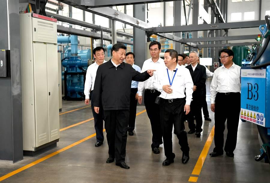 中共國家主席習近平5月高調前往江西考察稀土磁鐵企業,更加深了美國防與產業界對大陸緊縮稀土出口的高度焦慮 。(圖/新華社)