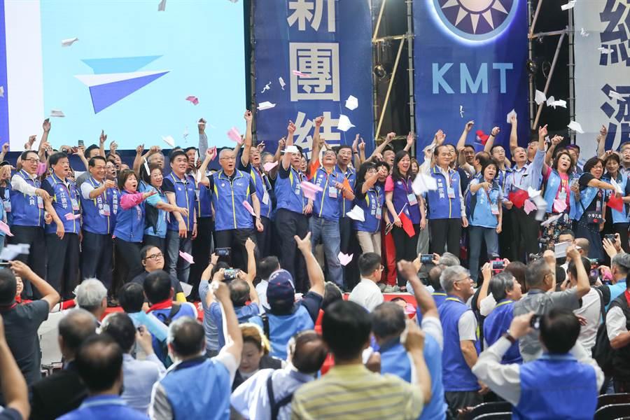 中國國民黨第20屆第3次全國代表大會28日在新北市板橋體育館舉行,閉幕時,黨主席吳敦義(左七)與所有台上人員一起擲出紙飛機,象徵要讓國民黨團結、向上起飛。(劉宗龍攝)