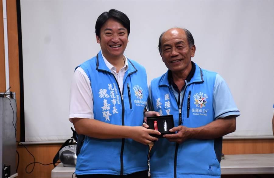 花蓮市長魏嘉賢(左)送上實用手電筒與多功能工具組,為長者們搶先過父親節。(花蓮市公所提供)