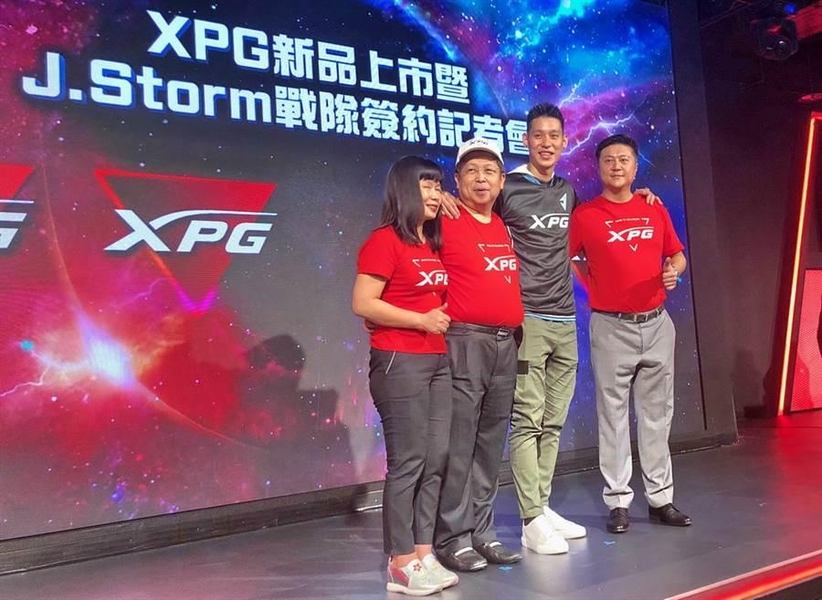 林書豪跟威剛科技董事長陳立白(左二)、XPG電競長尹世豪(右一)開心合照。(黃及人攝)