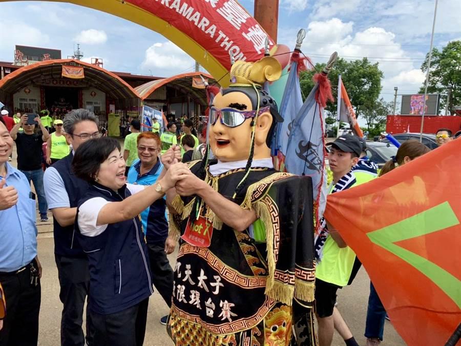 台中市副市長楊瓊瓔迎接選手扛著三太子神偶返回終點。(王文吉攝)