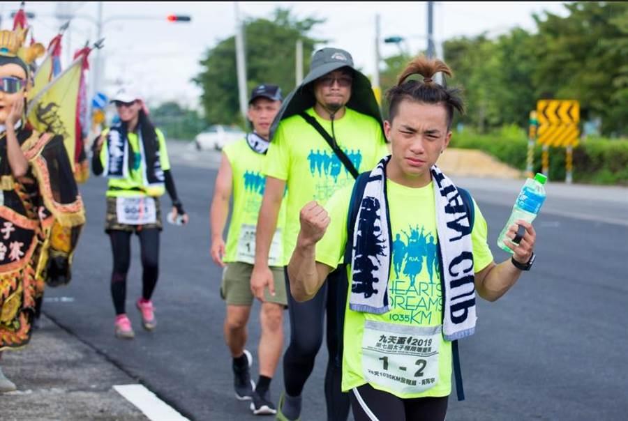 從小在美國長大的華僑黃再宇 ,特別回台挑戰環台賽事,順利完征1035公里,將帶著美好回憶返美與友人分享。(九天提供)