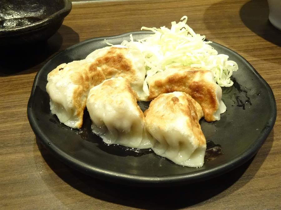 日式手工干貝煎餃:以製作拉麵的干貝、肉末為餡料製作成煎餃,外皮酥脆內餡甘甜可口。(馮惠宜攝)