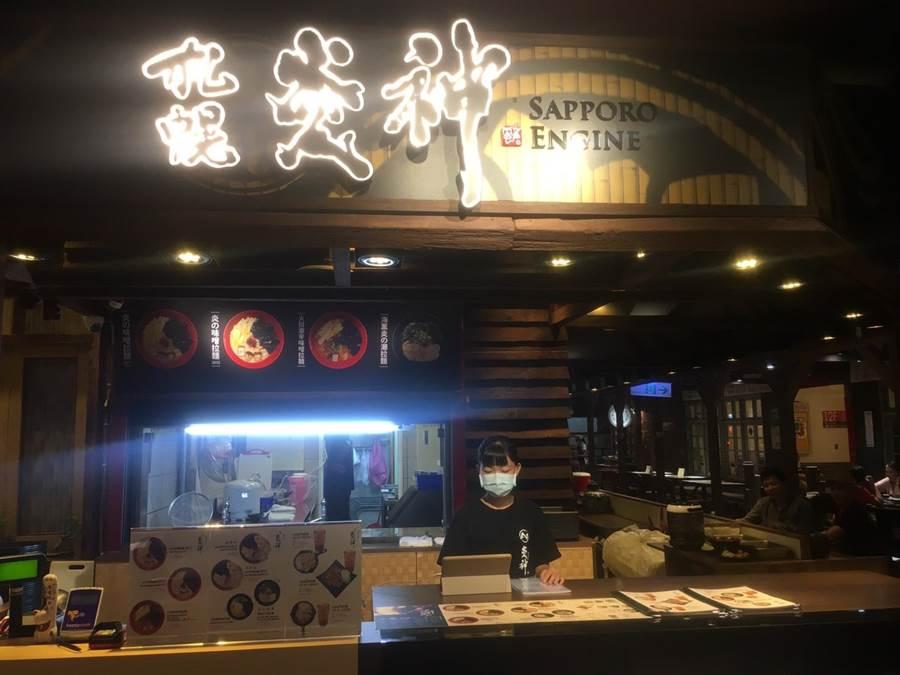 炎神拉麵近日進駐台中大遠百大食代美食街,要讓更多台中消費者品嚐到北海道火紅的拉麵。(馮惠宜攝)
