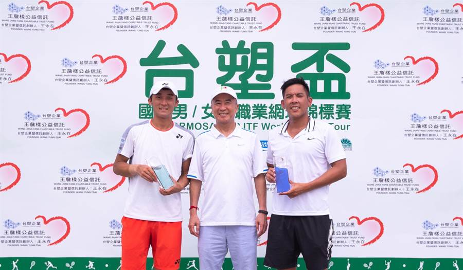 中華民國網球協會理事長廖裕輝(中)頒發獎盃給單打冠軍給德田廉大(左)、亞軍楊宗樺(右)。(海碩整合行銷提供)