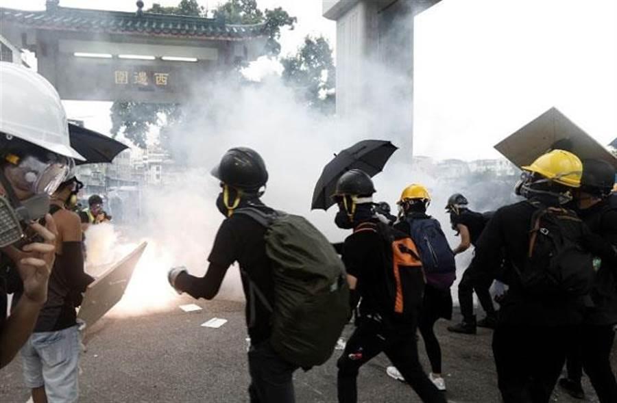 香港示威者與警方對峙。(取自東網)