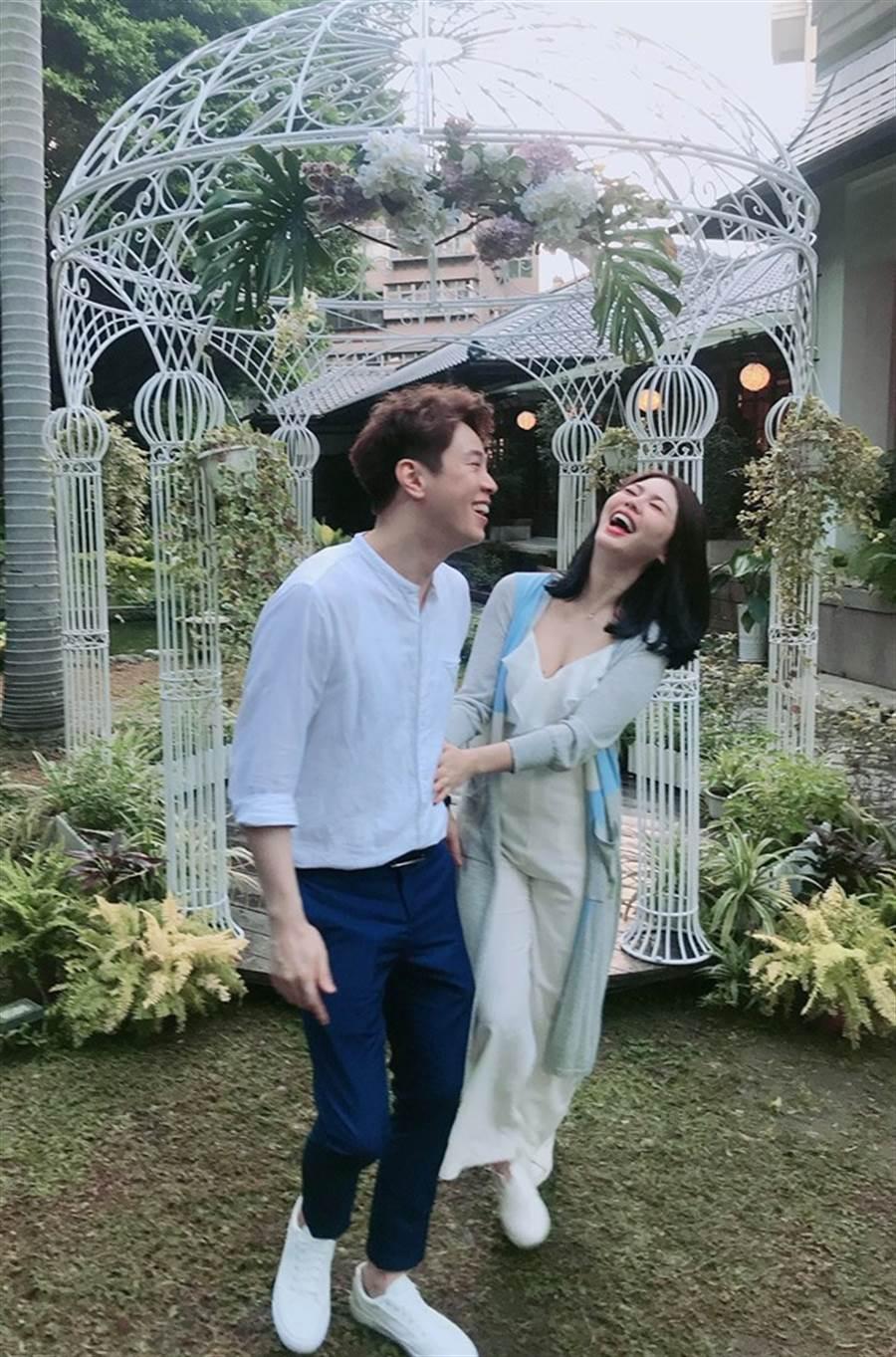 白家綺和吳東諺參加婚禮,深V上衣辣洩事業線。(圖/翻攝自臉書)