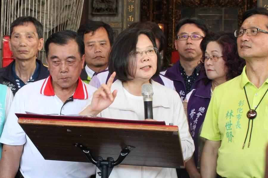 蔡英文總統文28日在彰化市福成宮公開演說,批國民黨守護中華民國在台灣只是說說。(吳敏菁攝)
