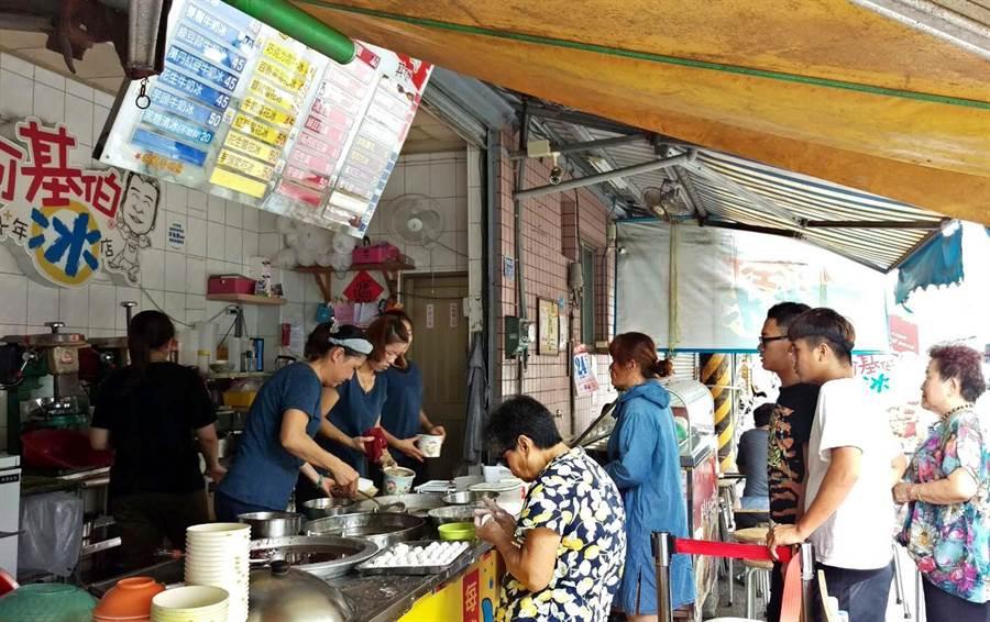 屏東萬丹鄉80年老店「阿基伯冰店」的芋頭牛奶冰,蜜芋頭淋上濃濃煉乳是店裡熱門冰品前3名。(潘建志攝)