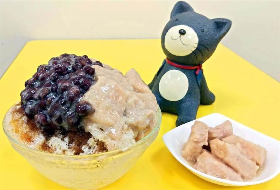 屏東夜市大碗公冰店的冰便宜又大碗,CP值超高,紅豆芋頭牛奶冰可以有雙重享受,「芋頭控」還能另外單點蜜芋頭搭配。(潘建志攝)