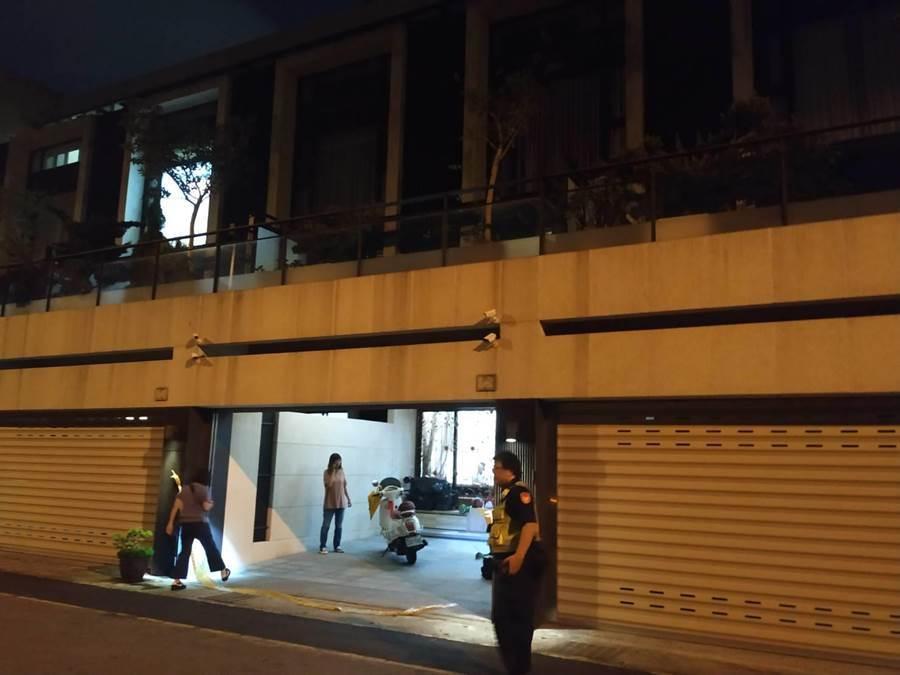 歹徒開著賓士車到場就朝屋內開3槍,幸無人受傷。(馮惠宜翻攝)