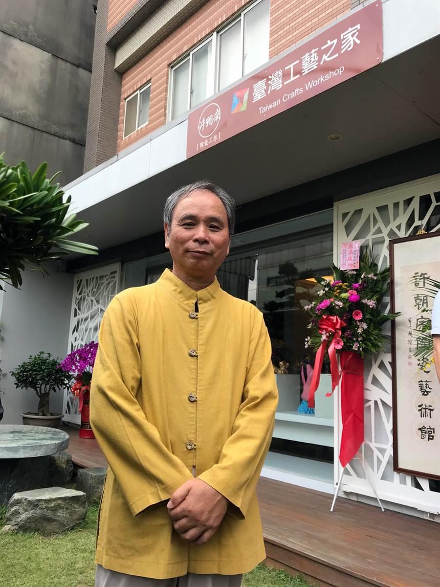 曾獲聘在德國麥森(MEISSEN)駐廠創作的陶藝大師許朝宗與全台首面台灣工藝之家路牌合影。(陳俊雄攝)
