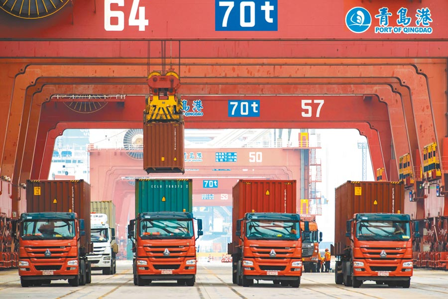 這是本月11日青島港碼頭正在將貨櫃裝上車。白宮首席經濟顧問庫德洛表示,他不期待美陸貿易談判會出現突破。(法新社)