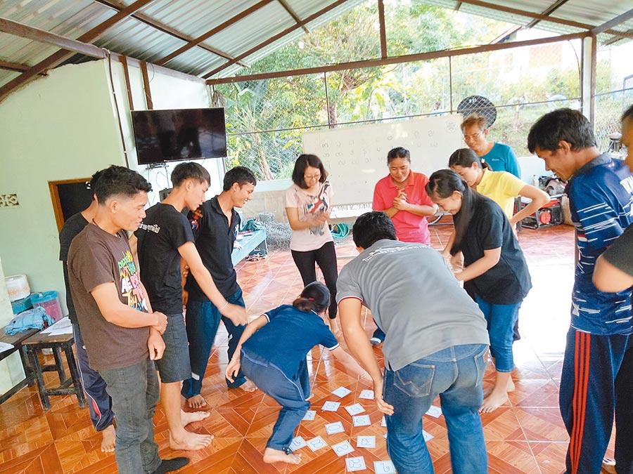 吳佩璇(左四)參與「師訓」,設計字卡搶答活動,讓學習克倫文字變得有趣。(教育部提供)