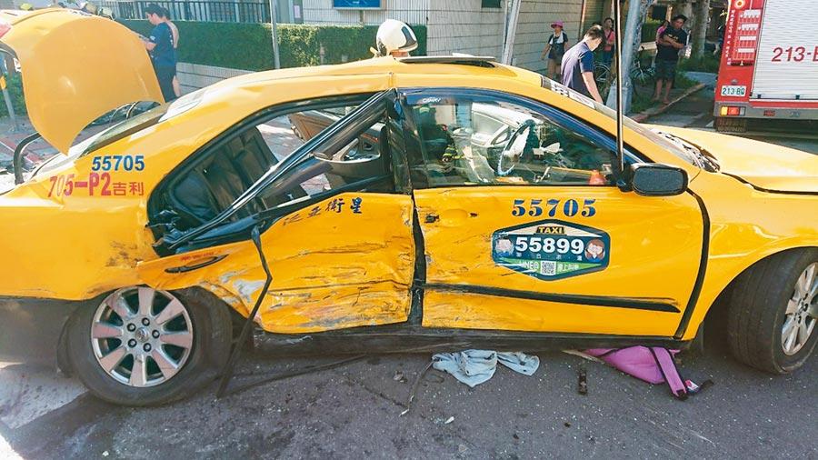 台北市民生東路4段與光復北路口附近27日上午發生2輛計程車車禍意外,造成陪同女兒考試的鄭姓夫妻受傷,其中鄭妻傷重不治。(林郁平翻攝)