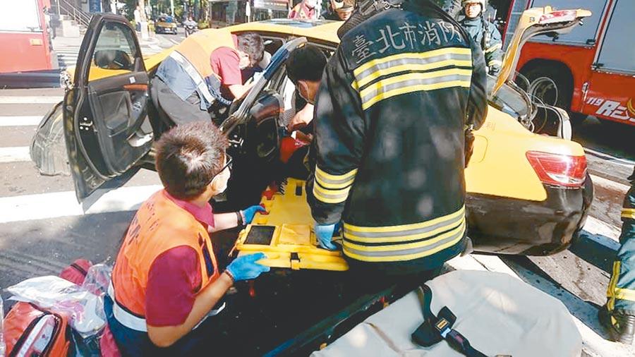 鄭姓退休少將一家人坐的計程車,遭對向小黃猛烈撞擊,導致妻子傷重不治、女兒重傷。(林郁平翻攝)