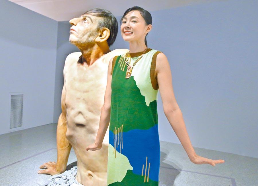 曾珮瑜看「超寫實人體雕塑展」,讓她想到其實片場美術組也都是藝術家。(粘耿豪攝)