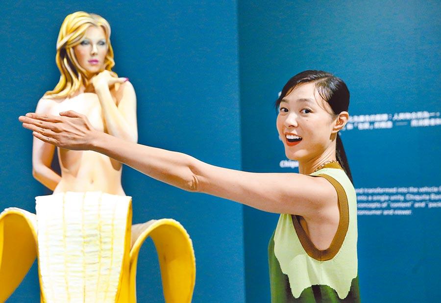 展覽裡頭有不少裸女雕塑,傳達的女性主義令曾珮瑜有感。(粘耿豪攝)